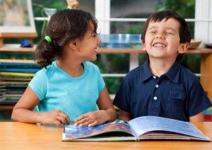 bambini leggono libri