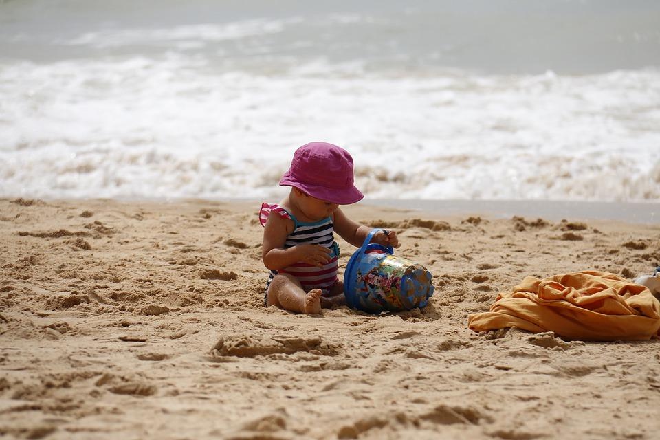 bambina spiaggia mare onde sabbia