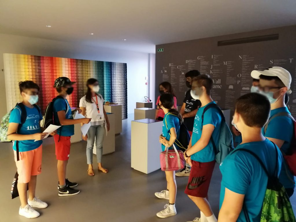 Giovani-visitatori-al-Poltrone-Frau-Museum